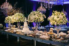 Mesa de doces espelhadas com imponentes arranjos de flores brancas - Decoração Luciana Krinanowski