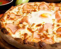 Pizza de la Ferme : jambon blanc, lardons, gruyère, crème fraîche, ciboulette, œuf