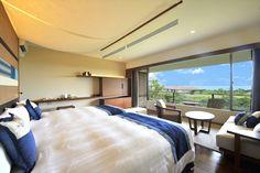 新客室オーシャンプレミア  スクリーンのように大きな窓からは、美しい八重山の景色を満喫…  お部屋によっては黒島や新城島などの島々を一望できます。