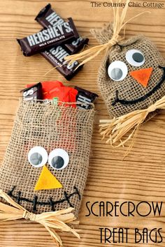 Make these scarecrow treat bags for Halloween! Burlap and raffia combine into…