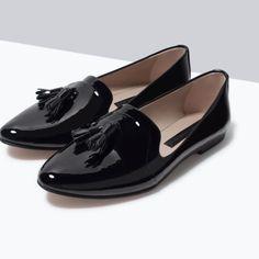 Black flat shoes.High-gloss finish.Tassel detail. Sole height 0.9 cm.