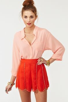 peach blouse with high-waisted red shorts. New Fashion, Fashion Beauty, Womens Fashion, Fashion Trends, Looks Style, My Style, Summer Outfits, Cute Outfits, Summer Clothes