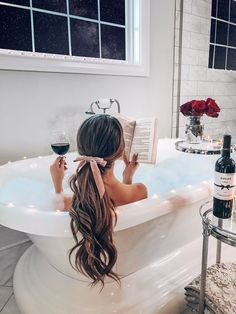 Foto Glamour, Bath Pictures, Poses Photo, Photo Grid, Foto Fashion, Long Wavy Hair, Long Curly, Relaxing Bath, Photography Poses