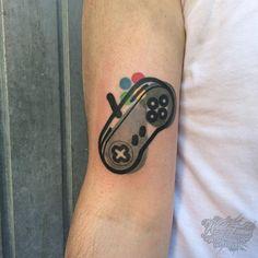 By Mattia Mambo done at Lodo Tattoo Cesano Maderno. Gamer Tattoos, Badass Tattoos, Funny Tattoos, Love Tattoos, Body Art Tattoos, Tatoos, Nintendo Tattoo, Gaming Tattoo, Super Mario Tattoo