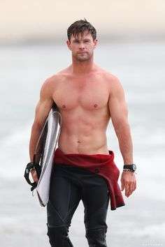 Chris Hemsworth Bares His Chiseled Shirtless Body, Shares Sweet Kiss with Elsa Pataky!: Photo Chris Hemsworth is looking as hot as ever! The actor was seen going for a surf and showing off his shirtless abs while hanging out at Byron Bay, Australia… Chris Hemsworth Thor, Snowwhite And The Huntsman, Hemsworth Brothers, Hottest Male Celebrities, Celebs, Hottest Actors, Most Handsome Men, Shirtless Men, Gorgeous Men