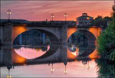Puente de Piedra, Logroño (La Rioja, Spain). Al fondo, el edificio rojo del antiguo Matadero Municipal, ahora Casa de las Ciencias. Rioja Spain, Bridges, Cool Photos, Portugal, Community, World, Nice, Travel, Places To Visit