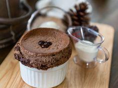 Le chef Jean Imbert nous avait invités dans la cuisine de son restaurant, l'Acajou, pour réaliser un dessert facile et rapide à faire : le soufflé au chocolat....