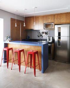 Cores para cozinha: 70 ideias contagiantes para colorir o espaço Kitchen Themes, Kitchen Colors, Off White Kitchens, Latest Kitchen Designs, Contemporary Kitchen Cabinets, Kitchen Words, Compact Kitchen, Kitchen Models, Hacks