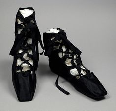 Also from this style of shoe was known as 'Grecian sandals' for their historically inspired design. Grecian sandals came in and out of fashion every few years throughout the Regency era. [These look like my Irish Step Dancing ghillies] Jane Austen, Vintage Shoes, Vintage Accessories, Vintage Outfits, Vintage Ballet, Antique Clothing, Historical Clothing, 1800s Fashion, Vintage Fashion