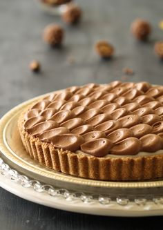 Fast and easy cheesecake pie with a Ferrero Rocher surprise and soft chocolate topping (in Hebrew)