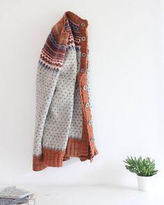 STEEKED Ravelry: Svipser's Loppa. Pattern Damejakka Loppa/Flea-A Lady's Cardigan by Pinneguri Dorothy Day, Weather Crafts, Fair Isle Knitting, Knit Or Crochet, Knitting Stitches, Plaid Scarf, Needlework, Crochet Patterns, Knit Sweaters