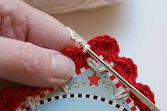 Tutorial: Recycled Christmas card with crochet scallop edge