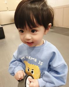Gambar mungkin berisi: 1 orang, anak dan dekat Cute Baby Boy, Cute Little Baby, Lil Baby, Baby Boy Gifts, Little Babies, Cute Boys, Kids Boys, Baby Kids, Cute Asian Babies