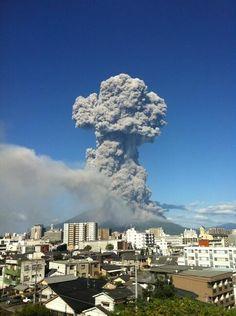 Sakurajima, Kagoshima, Japan It's a wonder anyone on that island doesn't glow in the dark Kumamoto, Kyushu, Natural Phenomena, Natural Disasters, Beautiful Sites, Beautiful Pictures, Kagoshima, Active Volcano, Fukuoka