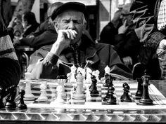 Las partidas de ajedrez en el parque Santa Catalina. Pensando la siguiente jugada