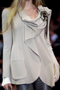 Armani Privé at Couture Fall 2010 (Details) Look Fashion, Fashion Details, High Fashion, Womens Fashion, Fashion Design, Fashion Trends, Milan Fashion, Street Fashion, Style Work