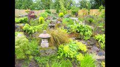 Sloped backyard design concepts - Ideas of Decoration Sloped Backyard, Sloped Garden, Succulents Garden, Garden Pots, Wood Patio Furniture, Back Gardens, Creative Decor, Garden Planning, Beautiful Gardens