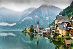 """Pueblo de Hallstatt en la Alta Austria, se le reconoce como el origen cultural de la edad de hierro. Los hallazgos más primitivos datan de 5000 A.C. Desde 1595 se dedican a la producción de sal. Se dice que es """"la ciudad con la tubería más vieja del mundo""""."""
