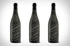 Botellas de vino con caligrafía además una botella para miel