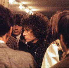 Bob Dylan and Rick Danko backstage at the Olympia, 1966 by Tony Frank. Bob Dylan, Rick Danko, Blowin' In The Wind, Idole, Music Magazines, Beatnik, Zimmerman, American Singers, Rolling Stones