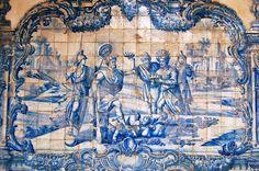 Quis dines Qui nilcupit  http://sergiozeiger.tumblr.com/post/99177831668/convento-de-sao-francisco-salvador-o-convento  Para expressar o Theatro Moral no Claustro do Convento de São Francisco foram encomendados em Portugal, em meados do século XVIII, azulejos especiais e selecionados 37 dos 103 Emblemas de Horácio.