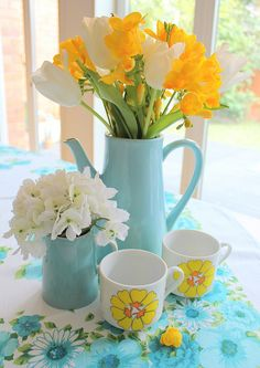 Yellow and White Flowers in Aqua Blue or Turquoise Teapot and Creamer Mellow Yellow, Blue Yellow, Yellow Turquoise, Blue Colors, Bright Yellow, Yellow Kitchen Decor, Aqua Kitchen, Turquoise Kitchen, Kitchen Colors