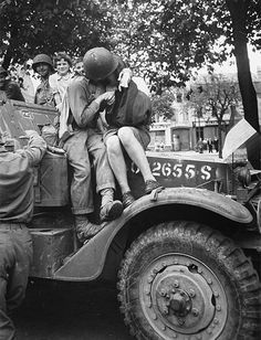American soldier kissing a French girl-WWII