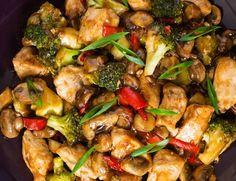 O masă rapidă, sănătoasă și ieftină. Cu rețeta asta o să reușești, garantat, să îi convingi chiar și pe membri mai mofturoși ai familiei să mănânce mai sănătos ca de obicei, deoarece e extrem de gustoasă (secretul stă în sos). Perfectă pentru cei mici. Perfectă pentru momentele dinainte de salariu în care vrei să gătești … Wok, Romanian Food, Romanian Recipes, Balanced Meals, Desert Recipes, Kung Pao Chicken, Broccoli, Food To Make, Chicken Recipes