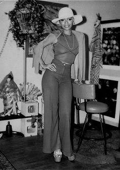 AWESOME 70S  Leslie Uggams strikes a pose. 70's right down to the cinder block shelves :) How many remember/had them?