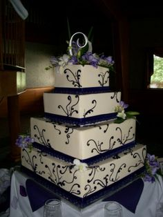 Match your wedding invitation design with the design chosen for your cake!
