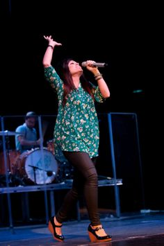 Kari Jobe, if anyone knows me, they know my adoration for this beatiful heart, Kari is one of my favorite worship leaders and she's an inspiring, charming and annointed woman of God. It also helps she an I have very similar ranges in our vocals. Kari Jobe, Style Star, My Style, Modest Outfits, Cute Outfits, Music Life, Church Outfits, Godly Woman, Christian Music