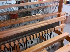 Hanna hurahti: Loimen laitto kangaspuihin Weaving, Home Decor, Farmhouse Rugs, Decoration Home, Room Decor, Loom Weaving, Crocheting, Home Interior Design, Knitting