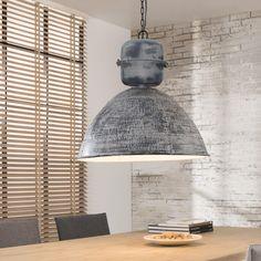 Industriële Hanglamp 'Alden' 62cm, Deze grote hanglamp is ambachtelijk vervaardigd in industrieel staal, opgebouwd uit divers plaatwerk. De buitenzijde heeft bovendien een mooie - met de hand - gehamerde finish. Dit maakt elke lamp uit deze serie uniek. De kap is verder nog voorzien van een zwarte stalen ketting. Een stoere en robuuste lamp.