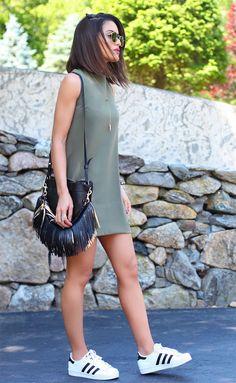 Street style look Camila Coelho - vestido+tenis