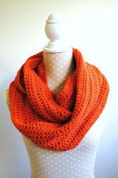 """Snood en laine orange, grosses mailles, réalisé au crochet """"Vintage"""""""