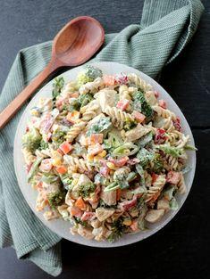 Krema pastasalat med kylling & pesto - LINDASTUHAUG Halloumi, Pesto, Smoothie, Salad, Ethnic Recipes, Spinach, Red Peppers, Smoothies, Salads