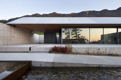 Roof Architecture, Minimalist Architecture, Residential Architecture, Houses On Slopes, Gable Roof Design, Gable House, Zen House, Minimal Home, Small Buildings