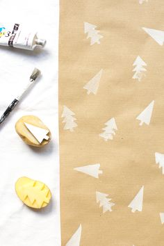 DIY: Geschenkpapier mit Kartoffeldruck – we love handmade – Keep up with the times. Wrapping Gift, Diy Wrapping Paper, Christmas Gift Wrapping, Christmas Love, Diy Christmas Gifts, Holiday Crafts, Christmas Stockings, Xmas Decorations, Christmas Inspiration