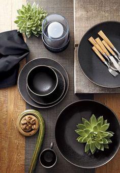 table settings  black   Per le feste scegli una tavola apparecchiata di nero per rendere la tua cena di successo. Lasciati ispirare dalla nostra creativa selezione di immagini.