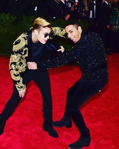 Justin Bieber and Olivier Rousteing fooling around in totally rad Balmain jackets at the Met Gala. Black Mens Fashion Suits, Balmain Designer, Balmain Jacket, Met Gala Red Carpet, Olivier Rousteing, Vogue, Vintage Couture, Mens Big And Tall, Gentleman Style