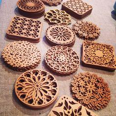 リトアニアの木のコースターは、繊細で美しいデザインが魅力的ですね。インテリアとして飾っても素敵です。