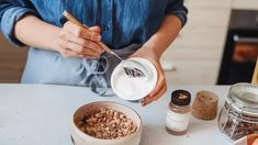 H δίαιτα του γιαουρτιού: Το πλάνο 2 εβδομάδων από το... Greek Yoghurt, Yogurt, Rolled Oats, Oatmeal, Diet, Breakfast, Healthy, Hands, Concept