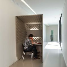 Even rustig bellen? Het kan vaak niet op kantoor. Dit kan de oplossing zijn. BuzziSpace www.kantoorinrichters.nl Open Office, Cool Office, Corporate Interiors, Office Interiors, Office Pods, Creative Office Space, Workplace Design, Office Workspace, Office Decor
