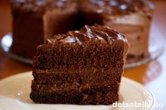 Her har du en fantastisk god sjokoladekake! Here you have a wonderfully good chocolate cake! Like most American cakes, this chocolate cake is really big and it No Bake Desserts, Just Desserts, Norwegian Food, Norwegian Recipes, Cake Recipes, Dessert Recipes, American Cake, Chocolate Fudge Cake, Chocolate Cream