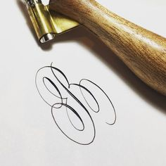 B, so difficult !! Love this challenge !! ✍ I need more practice . . @anintran @sarahscript #noliftmajuscules #caligrafía #calligraphy #calligraphymasters #reto #challenge