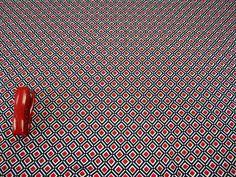 Август Трикотаж вискоза с эластаном. Модный графический принт: чистые белый, черный и красный 600