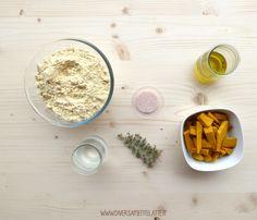 Oggi vi proponiamo una farinata con farina di ceci alla zucca e timo, senza lattosio! Ideale per un'alternativo antipasto autunnale!