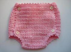 De crochet es este lindo cubre pañal de perlé  de algodón 100%, lleva 4 botones de nacar y cinta de raso para ajustar la cintura .