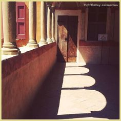 Geometrie di luce. La #PicOfTheDay #turismoer di oggi gioca tra le ombre dei portici della Rocca sforzesca di #Dozza. Complimenti e grazie a @sirenottera \ Light shapes.  Today's PicOfTheDay turismoer plays among the arcades shadows of the #Sforza Fortress in Dozza. Congrats and thanks to @sirenottera