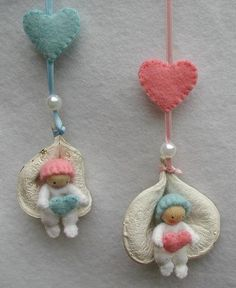 new baby ornament, first year - Atelier Pippilotta :: Schatkist Doll Crafts, Cute Crafts, Crafts To Make And Sell, Diy And Crafts, Felt Doll Patterns, Baby Ornaments, Clothespin Dolls, Felt Baby, Tiny Dolls